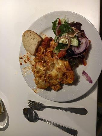 Wunstorf, Alemania: Verschiedene Köstlichkeiten, zu Hause genossen - gemischter Salat und Nudeln.