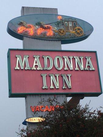 Madonna Inn : Retroschild mit Leuchtreklame entlang dem Highway