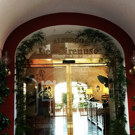 Le Sirenuse Hotel: Front entrance