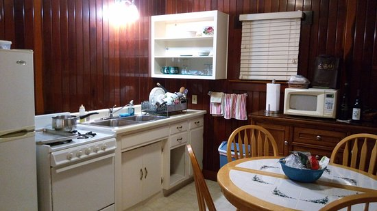 Miranda, CA: Cabin 5 kitchen included cookware etc for fixing dinners both nights