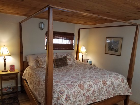 Hacienda Nicholas Bed & Breakfast Inn: The Chamisa Suite with the charming four post bed.
