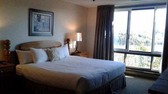 Deerhurst Resort: King bedroom with fireplace