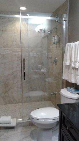 Deerhurst Resort: Bathroom in King bedroom