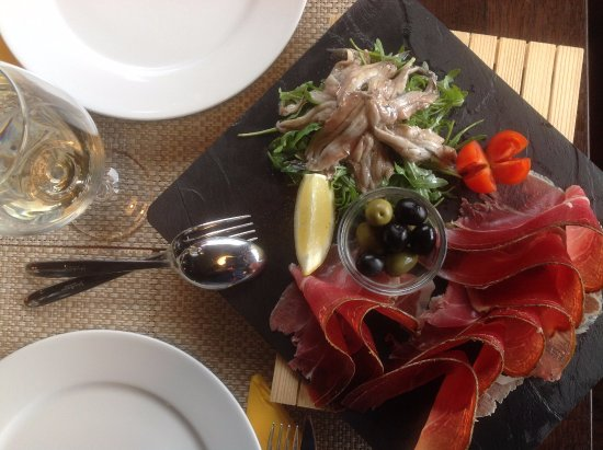 Kostrena, Croatia: Our beautiful and delicious appetizer, Dalmatian ham and marinated anchovies.
