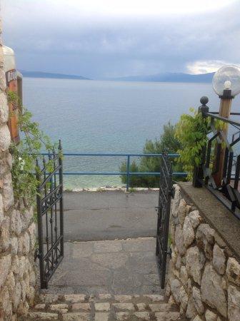 Kostrena, Croatia: Walking path right below the restaurant.