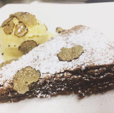 Campello sul Clitunno, Italia: Torta con cuore di cioccolato caldo e gelato alla vaniglia guarnita da tartufo e miele di acacia