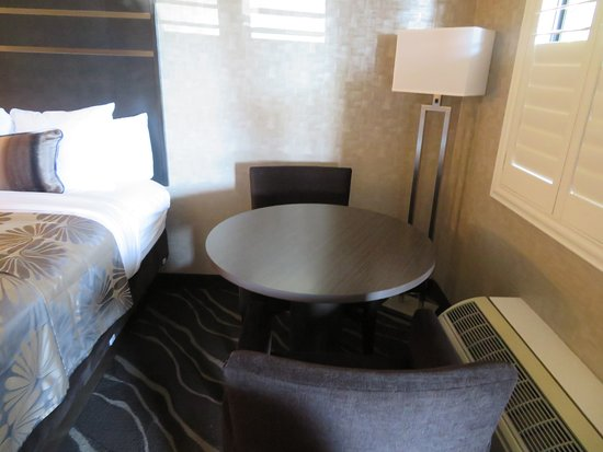 Best Western Plus Park Place Inn - Mini Suites : Chair and table