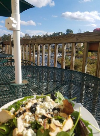 Miller's Cafe and Bakery: Blueberry Bleu Salad with a view!