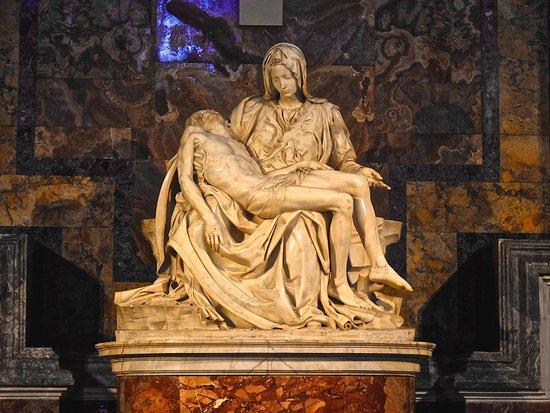 Castiglione del Lago, Italia: La Pieta by Michelangelo in the Basilica di San Pietro, Vaticano