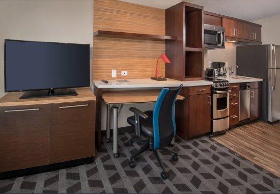 Altoona, Πενσυλβάνια: One-Bedroom Suite - Kitchen & Work Area