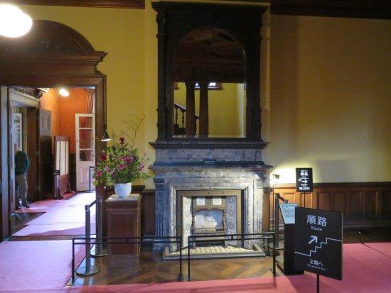 Kyu Iwasaki-tei Teien: 1階リビング(正面暖炉の上部は高価な鏡があり部屋を広く見せる工夫がされている)