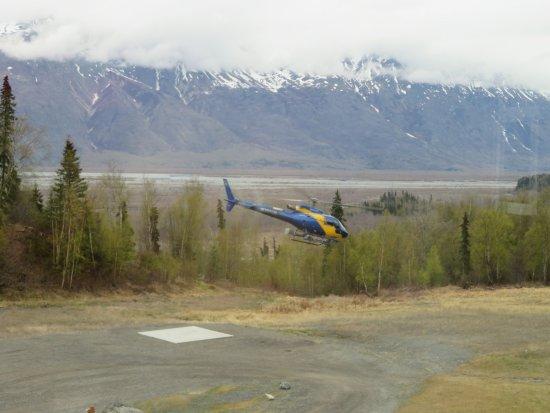 ปัลเมอร์, อลาสกา: Helicopter traveling to the glacier