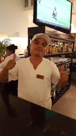 Oleo Cancun Playa: The best bartender, Reyes