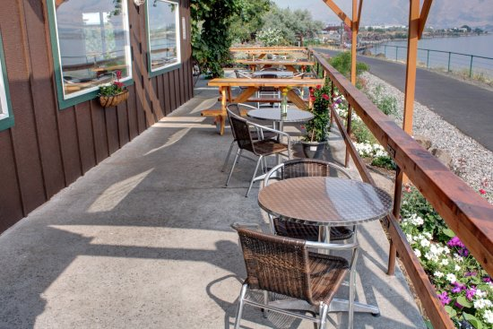 The Dalles, OR: Outdoor patio...dog friendly