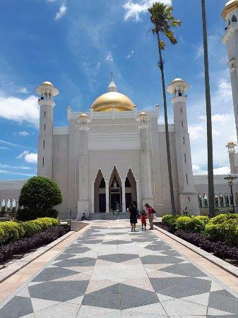 Sultan Omar Ali Saifuddin Mosque: The very beautiful facade