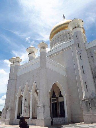 Sultan Omar Ali Saifuddin Mosque: The mosque up-close