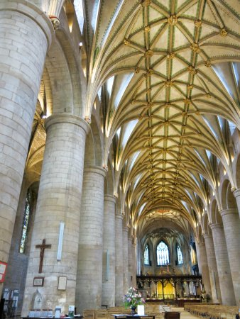Tewkesbury Abbey: Massive columns
