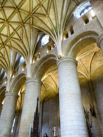 Tewkesbury Abbey: Delicate fan vaulyed roof contrasts with massive Norman columns