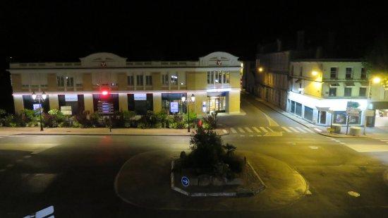 Saintes, Francia: uitzicht naar plein voor het hotel