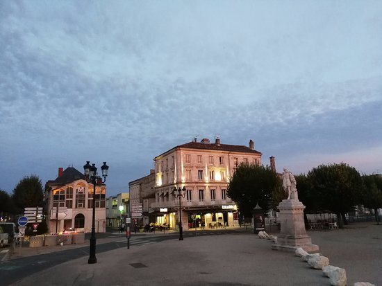 Saintes, Francia: het hotel (midden in de foto)