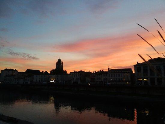 Saintes, Francia: vlak bij het hotel, uitzicht vanaf de brug over de rivier