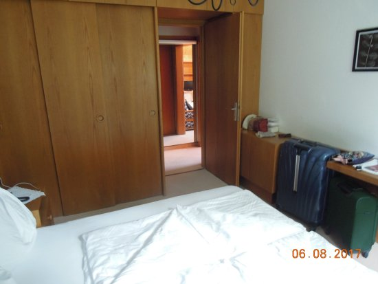Soprabolzano, İtalya: Main bedroom looking out to corridor - lounge on the right bathroom on the left