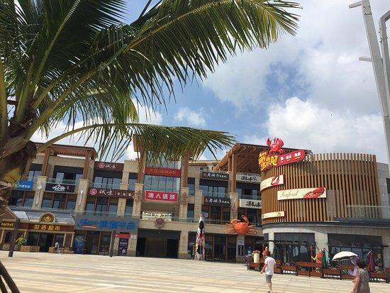 Wenchang, China: 从高隆湾1号再进清澜半岛沿岸风景优美,林荫大道绿树衫托地上绿草皮格外的舒服,一直到渔人码头。