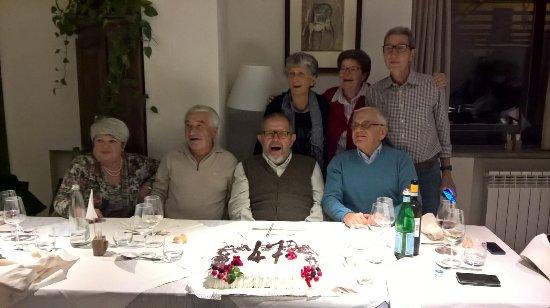 Meina, Italia: la foto dei coscritti (a cena hanno partecipato anche i mariti e le mogli)