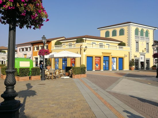 Statua picture of serravalle designer outlet serravalle for Serravalle designer outlet