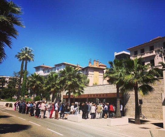 Le Cannet, France: vernissage d'une exposition au musée Bonnard avec la mairie juste derrière