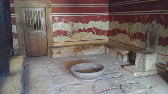 Knossos Archaeological Site: Salle du trô ne du palais.