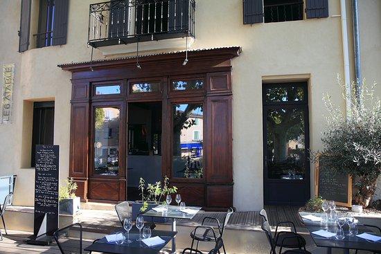 Caromb, Francia: Restaurant ouvert sur une terrasse ombragée