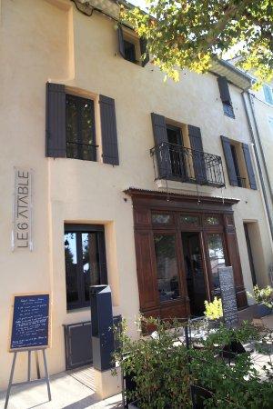Caromb, Francia: Entrée du restaurant face à l'église