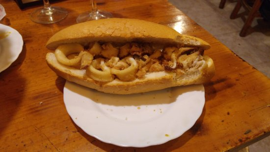 Marin, Испания: Bocadillo de calamares (estaban buenos). Pan desastroso....