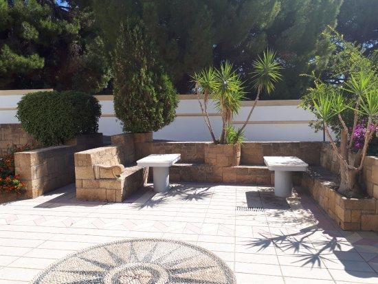 Столики во внутреннем дворике у стандартов.