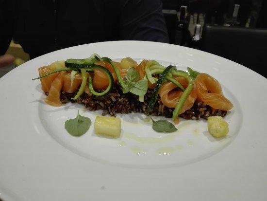 Mestrino, Italien: salmone su riso rosso e verdure