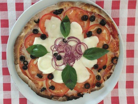 "Fornalutx, Spain: Pizza de la semana ""Caprese Deluxe""."