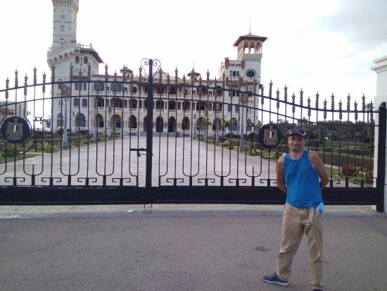 King Farouk Palace: У ворот резиденции
