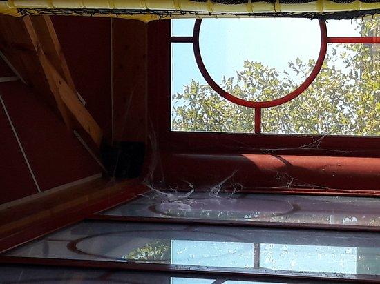 Bretigny-sur-Orge, França: Toiles d araignée table collante une honte pour un lieu de restauration ou les enfants mangent e