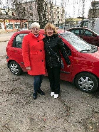 Heinola, Suomi: Tytöt automme vieressä Lily Ravintolan lounaan jälkeen