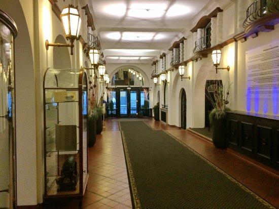 Hotel des Colonies: Лобби. Вид на входную дверь.