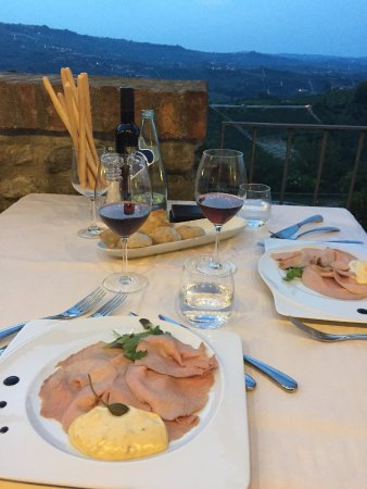 Castiglione Falletto, İtalya: Am Abend auf der Restaurantterrasse