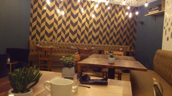 Salle restaurant photo de caf lumi re valreas for Luminaire de salle a diner