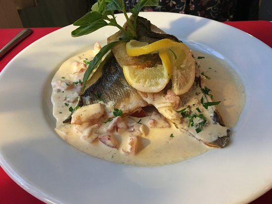 Тивертон, UK: Sea Bass fillets on mash, with a creamy sauce. Excellent.