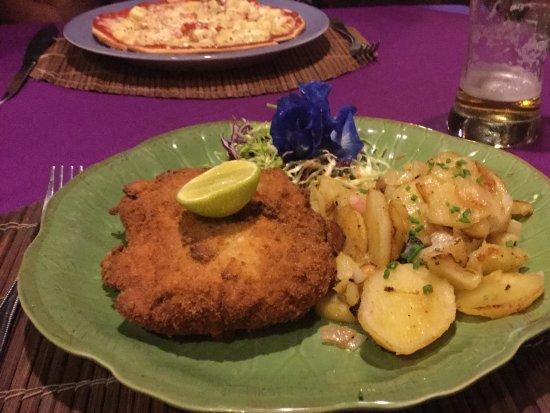 Hin Lek Fai Restaurant: Ausgezeichnetes Cordon bleu mit Zwiebelkartoffeln und Pizza Hawai