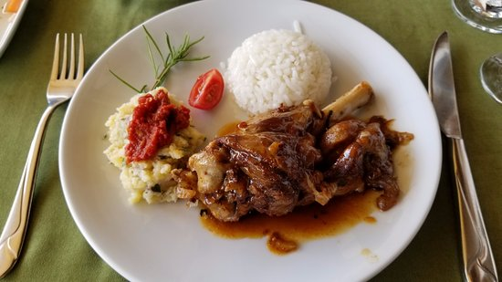 Ortahisar, Turcja: Tanduri cooked lamb shanks w/ cold potato salad topped with spicy tomato sauce and delicious ric