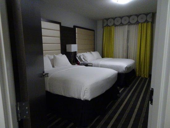 Norman, OK: 2 queen beds with a door
