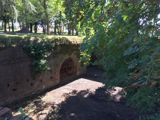 Le mura di Lucca: A view into the wall