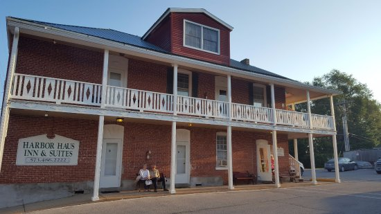Harbor Haus Inn & Suites: One of the older buildings near the office and breakfast room.