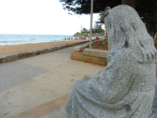 Collaroy Beach, Αυστραλία: この女の子の銅像が目印、この辺りになります。